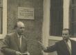 Elva Koduloomuuseumi direktor K. Kirt kõneleb J. Kärneri mälestustahvli avamisel. Paremal Eesti Raadio reporter Udo Ugaste 27. V 1961. a  - KM EKLA