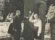 EKP Elva Rajoonikomitee esimene sekretär H. Valner vabastab Jaan Kärneri mälestussamba kattest 27. V 1961. a - KM EKLA