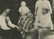 A. Kitzberg Pöögle koolimaja rõdul 1901 (1902 ?) a. suvel. A. Kitzbergi abikaasa, poeg Hans, vend Jaan abikaasaga - KM EKLA