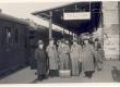 Kirjanikud Tallinna jaamas 1938. a. (vasakult: J. Parijõgi, F. Tuglas, M. Jürna, Peet Vallak, J. Semper) - KM EKLA
