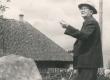 Fr. Tuglas sünnikoha kivi juures 1963. a. - KM EKLA