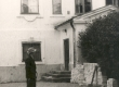 Fr. Tuglas vaatleb endist Ahja häärberit 1963. a. - KM EKLA