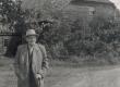 Fr. Tuglas Võnnu koolimaja juures 1963. a. - KM EKLA