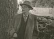 Fr. Tuglas suure männi all Võnnus (vihma varjus) 1963. a. - KM EKLA