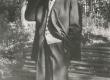 Friedebert Tuglas oma aias 6. VI 1963. a. - KM EKLA