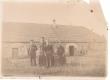 Pahuvere koolimaja. Seisavad: Ants Kurrik, Johannes Semper vanematega ja õe-vennaga - KM EKLA