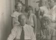 Eduard Vilde (vasakul all), Johannes Semper abikaasa ja tütrega (paremal), Emilio Vares (keskel) ja Jõesaar (vasakul) Pärnus 1932. a. suvel - KM EKLA