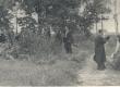 L. Koidula haual 1944. a. suvel. Paremal istuvad: D. Vaarandi, J. Semper; keskel: J. Jensen - KM EKLA