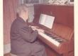 Johannes Aavik klaverit mängimas - KM EKLA