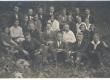 Johannes Aavik (keskel) oma õpilastega Kuressaares - KM EKLA