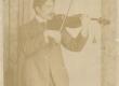 Johannes Aavik viiuldamas - KM EKLA