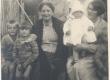 Johannes Aaviku tädi (vas II), tädipoeg Oskari naine ja lapsed - KM EKLA