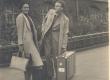 Hella Talvik-de Haan abikaasa de Haaniga Hamburgi jaama ees - KM EKLA