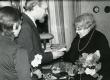 Betti Alver vastu võtmas õnnitlusi oma 75. juubelil Tartu Kirjanike Majas 27. XI 1981 - KM EKLA