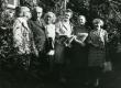 Mart Lepik, Julius Mägiste, Betti Alver, Leida Mägiste, Eeva Niinivaara ja Asta Veski (J. - V. Veski tütar) Koidula tn 8 aias 20. aug. 1970 - KM EKLA
