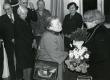 Betti Alveri 75. juubeliõhtu Tartu Kirjanike majas 27. nov. 1981. a. Juubilari õnnitleb Linda Alliksaar. Taga seisavad vasakult: 2. Renate Tamm, 3. Uno Leisner, 4. Helene Siimisker, 5. Irene Leisner  - KM EKLA