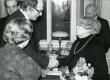 Betti Alveri 75. juubeliõhtu Tartu Kirjanike majas 27. nov. 1981. a. Poetessi õnnitlevad Jaan Kross ja Ellen Niit (seljaga). Taga seisavad Harald Peep ja Kalju Kääri - KM EKLA