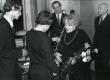 Betti Alveri 75. juubeliõhtu Tartu Kirjanike majas 27. nov. 1981. a. Poetessi õnnitlevad Enn Lillemets (vasakul) ja Kalle Lillemets (seljaga). Taga seisavad Harald Peep ja Kalju Kääri - KM EKLA