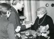 Betti Alveri 75. juubeliõhtu Tartu Kirjanike majas 27. nov. 1981. a. Poetessi õnnitleb Enn-Kaarel Hellat - KM EKLA