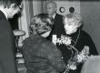 Betti Alveri 75. juubeliõhtu Tartu Kirjanike majas 27. nov. 1981. a. Poetessi õnnitlevad Ellen Niit ja Jaan Kross. Taga seisab Kalju Kääri - KM EKLA