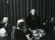 Betti Alver kõnelemas oma  75. juubeliõhtul Tartu Kirjanike majas 27. nov. 1981. a. Kohvilauas istuvad Kalju Kääri jt - KM EKLA