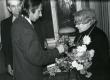 Betti Alver oma 75. juubeliõhtul Tartu Kirjanike majas 27. nov. 1981. a. Poetessi õnnitleb Hando Runnel, taga seisab Harald Peep - KM EKLA