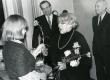 Betti Alveri 75. juubeliõhtu Tartu Kirjanike majas 27. nov. 1981. a. Poetessi õnnitleb Tuulikki Raudalainen, taga seisavad Harald Peep (vas.) ja Kalju Kääri - KM EKLA