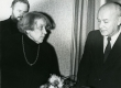 Betti Alver oma 75. juubeliõhtul Tartu Kirjanike majas 27. nov. 1981. a. Vasakul Tõnis Lehtmets, paremal Kalju Kääri - KM EKLA
