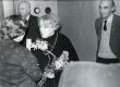 Betti Alveri 75. juubeliõhtu Tartu Kirjanike majas 27. nov. 1981. a. Poetessi õnnitleb Ellen Niit, taga seisavad Kalju Kääri ja Ain Kaalep - KM EKLA