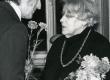 Betti Alveri 75. juubeliõhtu Tartu Kirjanike majas 27. nov. 1981. a. Poetessi õnnitleb Eduard Vääri - KM EKLA