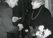 Betti Alveri 75. juubeliõhtu Tartu Kirjanike majas 27. nov. 1981. a. Poetessi õnnitleb Nikolai Preiman. Taga seismas Indrek Toome  - KM EKLA