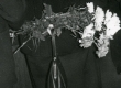 Betti Alver oma 75. juubeliõhtul Tartu Kirjanike majas 27. nov. 1981. a. Taga seisavad Aivo Lõhmus jt - KM EKLA