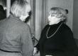 Betti Alverit õnnitleb Mall Sarv tema 75. juubeliõhtul Tartu Kirjanike majas 27. XI 1981. a - KM EKLA