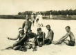 Heiti Talvik, Virve Huik jt päevitamas [Pärnu v Narva-Jõesuu] rannas [1920-te lõpul] - KM EKLA