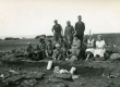 Betti Alver, Heiti Talvik jt arheoloogilistel kaevamistel Saaremaal 1931. või 1934. a. - KM EKLA