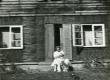 Betti Alver Valgemetsas kitsega, istumas maja trepil aug. 1952 - KM EKLA