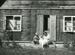 Betti Alver istumas maja trepil koos laste, kitse ja koeraga aug. 1952 - KM EKLA