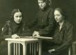 E.N.K.S. Tütarlaste Gümnaasiumi õpilased. Betti Alver, Elfriede Jaska ja …. [1920/21] - KM EKLA