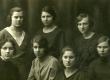 E.N.K.S. Tütarlaste Gümnaasiumi õpilased VII a kl. 1922. a. B. Alver, M. Ehrenberg, L. Paigaline, Kilkson,  S. Reial, [S. Lepik], M. Touart - KM EKLA