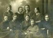 E.N.K.S. Tütarlaste Gümnaasiumi õpilased [1923 VIII a kl.]. I r. vas. 1) M. Lentso, 2) M. Touart, 3) S. Perv, 4) S. Rammo, 5) B. Alver; II r. vas. 1) M. Ehrenberg, 2) S. Lepik, 3) E. Ottenson, 4) O. Olesk  - KM EKLA