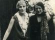 Betti Alver tundmatu naisterahvaga [1920-te II pool] - KM EKLA