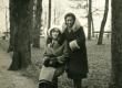 Betti Alver tundmatuga Toomel [1930-te aastate alul] - KM EKLA