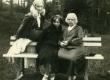 Betti Alver tundmatutega Narva-Jõesuus 6. juunil 1929. a. - KM EKLA