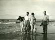 Betti Alver tundmatutega mere ääres [Virve Huik vas. 1., Ilmar Talvik 4. Pärnu rannas 1928-1935. a] - KM EKLA
