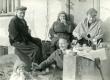 Betti Alver (par. 1.) [töölistele] oma maja, Koidula tn 8 trepil einet pakkumas [1950-te aastate lõpul] - KM EKLA