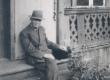 K. E. Sööt oma maja trepil Tartus, Tähtvere tn. 5, 1943. a. suvel - KM EKLA