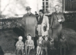 K. E. Sööt, R. Ritsing ja preili X oma hoolealustega, viimaste seas hr. Ritsingu poeg ja tütar (vasakul äärel), 1. VI 1939 - KM EKLA