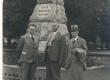 Dr. J. Fazekas, dr. Kukk ja K. E. Sööt L. Koidula ausamba ees Pärnus, 23. VII 1939 - KM EKLA