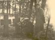 Kevna kiriku õues R. Tobiase esivanemate kalmude ees K. E. Sööt koos kohaliku kooliõpetajaga, juuli 1939 - KM EKLA