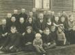 Murru algkooli (Ristoli talus) õpilased ja õpetaja Mart Kiirats (Mats Mõtslane) 1932. või 1933. a.  - KM EKLA